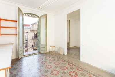 Modernist apartment high and sunny in Eixample area